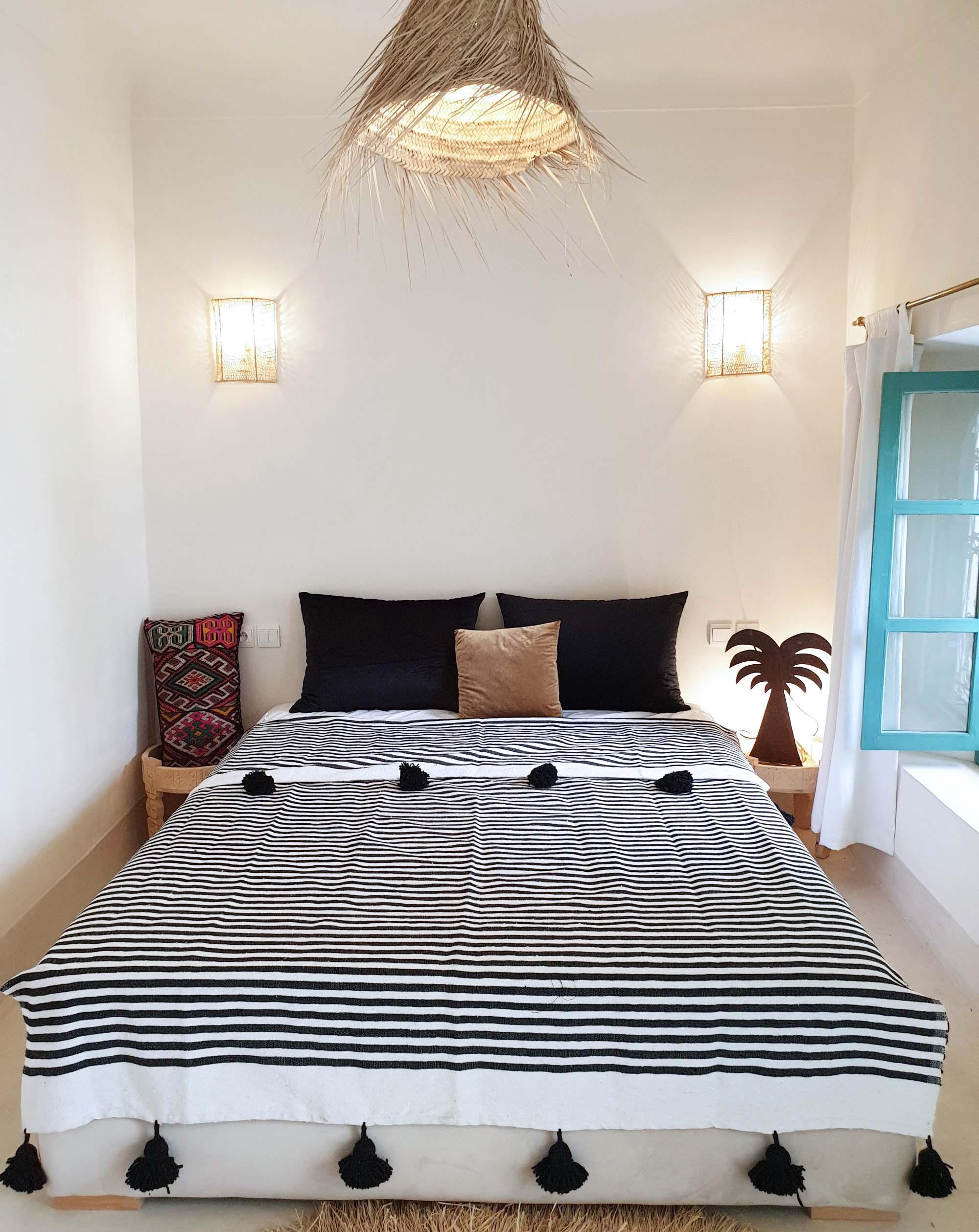Free Shipping White And Black Blanket Handwoven Throw Tassel Blankets Pom Poms Boho Blanket Artisans Morocco